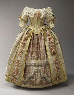 El artista Eugene Lami también trabajó como diseñador de la fiesta de disfraces Stuart Ball, diseñando un vestido para la reina Victoria. Se cree que la seda vino de Francia, mientras que la enagua fue hecha en la India. El encaje era como el que se hacía en Irlanda e imitaba el estilo veneciano del siglo XVII. Este vestido es la prenda más llamativa que se conserva del armario de la Reina