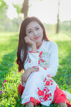 Beautiful Asian Women, Most Beautiful, Vietnamese Dress, Asia Girl, Ao Dai, Flower Dresses, Traditional Dresses, Asian Woman, Asian Beauty