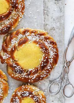 Kardemummabullar med Vaniljkräm | Fridas Bakblogg | Alltommat Food Is Fuel, A Food, Food And Drink, Fika, Halloumi, Pavlova, Sweet Bread, Baked Goods, Tasty