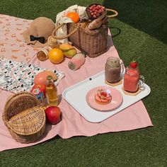 It's Picnic Season! Picnic Date, Summer Picnic, Spring Summer, Summer Aesthetic, Aesthetic Food, Comida Picnic, Hight Light, Ritter Sport, Perfect Day