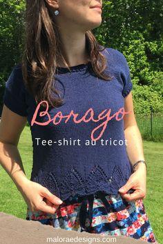 Borago est un modèle de tee-shirt au tricot pour femme. Il se tricote du bas vers le haut et possède une jolie dentelle sur le bas du corps et les côtés. Ce modèle peut également être tricoter avec des manches longues si vous le souhaitez. Les explications sont à retrouver sur Ravelry et maloraedesigns.com. #tricot #teeshirttricot #tricotestival #knit #knittingtop