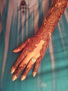 Looks like lace. The cascade down the back of the hand is interesting. #BridalHenna