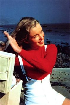 MARILYN MONROE 8x10 PHOTO YOUNG COMBING HAIR ON BEACH