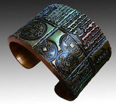 He encontrado este interesante anuncio de Etsy en https://www.etsy.com/es/listing/86922500/antique-asian-polymer-clay-cuff-bracelet