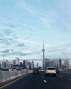 Streets of Toronto Toronto Street, Toronto City, Downtown Toronto, Backpacking Canada, Canada Travel, City Aesthetic, Travel Aesthetic, Wallpaper Toronto, Travel Photographie