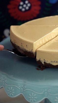 Receita com instruções em vídeo: Impossível comer um pedaço só desse maravilhoso cheesecake de doce de leite! Ingredientes: 200g de biscoito de chocolate maria, 120g de manteiga derretida, 200g de cream cheese, 1/2 xícara de açúcar, suco de 1/2 limão, 1/2 xícara de doce de leite, 1 litro de sorvete de creme, 1 xícara de calda de doce de leite