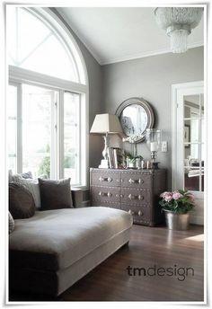 Day bed champagnebrun velur fra TM design, lamper og en lysekrone