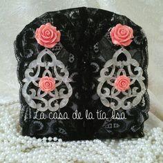 Pendientes flamencos de nácar con flores de resina en tonos coral.