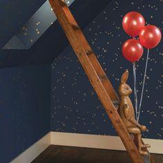 Décorez vos murs d'un ciel étoilé avec ce papier peint. Les étoiles dorées brillent à la moindre source de lumière sur leur fond bleu nuit.