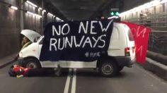 Сегодня, как сообщает канал ITV , тунель ведущий к терминалам 1, 2, 3 были заблокированы активистами, выступающими против строительства дополнительной полосы в аэропорту Хитроу. Как сообщается полиция прибыла на место в 7:40 утра, но на данный момент арестов не произведено. Ситуация проясняется .