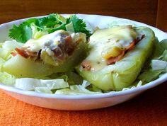 Chayotes rellenos de jamón, queso y crema - sabor y ligereza: Un platillo caliente ligero para un día de calor:  los chayotes rellenos de jamón.