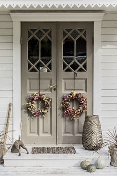83 best modern farmhouse porch decor ideas easy to managed 15 Modern Farmhouse Porch, Farmhouse Front Porches, Front Door Colors, Swedish House, Old Doors, Porch Decorating, Exterior Design, Door Design, House Colors