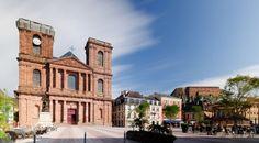Vue de la place principale de #Belfort, avec la #cathédrale et la #citadelle en arrière-plan. #France