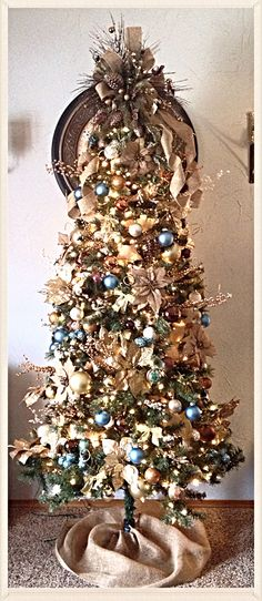 Cristhmas Tree Decorations Ideas : Rustic christmas by sophia Decoration Christmas, Burlap Christmas, Noel Christmas, Christmas Tree Toppers, Christmas Wreaths, Xmas, Beautiful Christmas Trees, Colorful Christmas Tree, Elegant Christmas