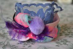 """Bracelet manchette asymétrique """"Plume, pompon"""" avec soie de sari indien, dentelle, pompon, plume, ruban de satin, suédine : Bracelet par les-perles-de-eihpos"""
