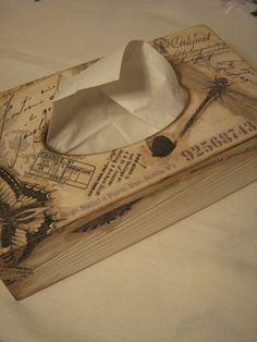 Pudełko na chusteczki, postarzone i ozdobione metodą decoupage.