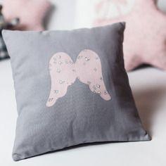 Petit coussin coton gris et motif ailes d'anges rose à petits papillons blancs pour la chambre de bébé