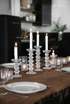 Trendenser table setting with Iittala candel holders - more images on trendenser. Craftsman Living Rooms, Winter Table, Mediterranean Decor, Christmas Table Settings, Deco Table, Entryway Decor, Interior And Exterior, Home Accessories, Interior Decorating