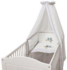 Glück kann man nicht kaufen. Glück wird geboren.  Die Bettsets der Be Be's Collection kommen mit einem lieblichen Himmel, einem Nestchen, einem Kissen- und Deckenbezug. Das Design ist appliziert, ergibt ein tolles Gesamtbild und verschönert jedes Bay- Kinderzimmer.