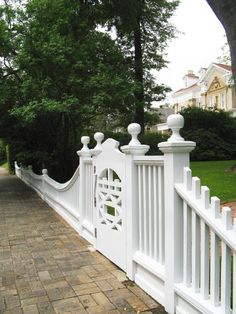 I just realized that I hadn't yet posted the best garden on the Macon Garden Tour! But I did save the best for last. And this house and gardens has got to be one of the best I've ever. Front Yard Fence, Front Gates, Entrance Gates, Garden Gates And Fencing, Fence Gate, White Picket Fence, Fence Design, Outdoor Living, Outdoor Decor