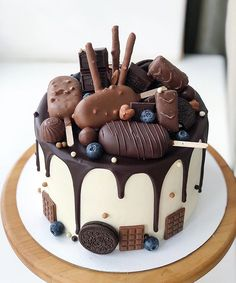 Cute Birthday Cakes, Birthday Cakes For Women, Yummy Treats, Delicious Desserts, Yummy Food, Just Cakes, Drip Cakes, Piece Of Cakes, Snack