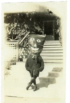 """odditiesoflife: """"Creepy Vintage Halloween Photographs These wonderfully creepy images of Halloween's past come from the book, Haunted Air. The book features dozens of anonymous vintage Halloween. Coastumes Halloween Effrayants, Mascaras Halloween, Masque Halloween, Creepy Halloween Costumes, Halloween Pumpkins, Halloween History, Images Halloween Vintages, Vintage Halloween Photos, Halloween Pictures"""