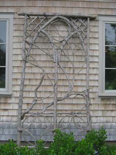 Garden Projects using Sticks and Twigs : Garden Projects using Sticks & Twigs Creative garden features you can DIY for free using twigs, sticks, and branches. Ideas include trellises and plant supports as well as garden artwork Diy Trellis, Garden Trellis, Trellis Ideas, Rose Trellis, Lattice Garden, Diy Garden Projects, Garden Crafts, Wood Projects, Plant Supports