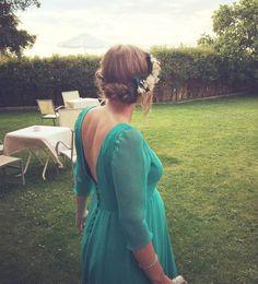 Guapisima nuestra clienta con su corona de flores trasera lateral, diseñada a juego con su vestido! #tocados #coronadeflores #boda #invitada www.laboutiquedeluca.com