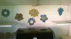 Keraamisia kukkia grillikatoksessa