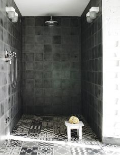 Fotos: Max Zambelli www.elle.es  black bathroom in casa