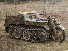 El Sd. Kfz. 2 Kettenkrad, o Kleines Kettenkraftrad (que significa motocicleta tractora ), fue diseñado inicialmente como un tractor ligero de artillería para el ejército alemán y utilizado durante la Segunda Guerra Mundial.