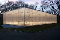 Made with cellular polycarbonate, the translucent wall panel systems insulate better and Wall Exterior, Interior Exterior, Industrial Architecture, Interior Architecture, Roof Design, House Design, Ideas Cabaña, Polycarbonate Panels, Temporary Structures