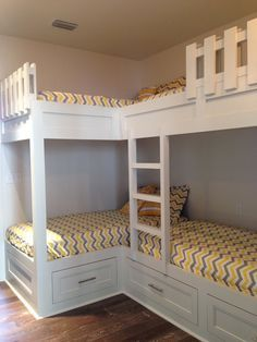 Small kids room with bunkbeds double bunk 42 Ideas Corner Bunk Beds, Bunk Bed Rooms, Bunk Beds Built In, Kids Bunk Beds, Built In Beds For Kids, L Shaped Bunk Beds, Trundle Beds, Twin Bunk Beds, Loft Beds