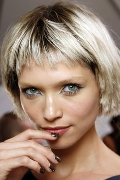 But you dont want to look flat, just give little touch to your short bob hair. This is it, 33 lovely short bob hairstyles with bangs! Choppy Bangs, Choppy Bob Hairstyles, Bob Haircuts For Women, Short Hairstyles For Thick Hair, Short Hair Styles, Short Bangs, Hair Bangs, Pelo Vintage, Hair Trends