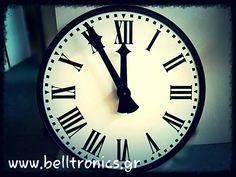 Ρολόι με λατινικούς χαρακτήρες διαμέτρου 1 μέτρο