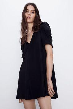 Flowy short dress with v-neck and short puff sleeves. Zara Black Dress, Fashion Editor, Zara Dresses, Wool Cardigan, Pretty Outfits, Pretty Clothes, Types Of Fashion Styles, Short Dresses, Cold Shoulder Dress