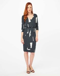 A smart jersey dress in a modern brush stroke print with a V-neckline, ruched waist and 3/4 length sleeves.