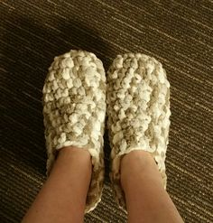 Easy crochet pattern for Bernat baby Blanket yarn slippers pattern – adult sizes – soft, warm and comfortable slippers. Crochet Slipper Boots, Easy Crochet Slippers, Crochet Slipper Pattern, Men's Slippers, Bedroom Slippers, Felted Slippers, Chunky Crochet, Crochet Yarn, Bernat Yarn