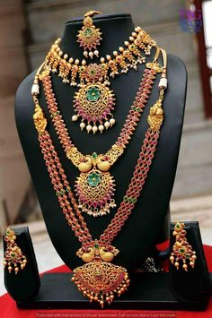 Are you looking for bridal jewellery on rent online? Get south Indian bridal jewellery sets for rent at TBG Bridal Store and look like a queen on your wedding day. Pearl Necklace Designs, Jewelry Design Earrings, Ruby Necklace, South Indian Bridal Jewellery, Indian Jewelry, 1 Gram Gold Jewellery, Gold Jewelry, Jewelery, Indian Bridal Hairstyles
