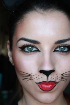 Didn't have time to buy a Halloween costume? Try one of these super easy Halloween make-up looks instead. Visage Halloween, Cute Halloween Makeup, Up Halloween, Scarecrow Makeup, Black Cat Halloween Costume, Cleopatra Halloween, Halloween Window, Halloween Recipe, Halloween Cupcakes