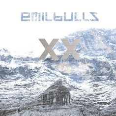 """http://polyprisma.de/wp-content/uploads/2016/01/Emil_Bulls_XX-1024x1024.jpg Emil Bulls - XX: Das war jetzt ... unerwartet http://polyprisma.de/2016/emil-bulls-xx-das-war-jetzt-unerwartet/ Candlelight? Äh… wat? Emil Bulls – XX wird das Ende der Woche erscheinende Album heißen. XX – zwanzig. Zwanzig Jahre gibt es die Band aus München jetzt schon. Das ist Grund genug, um ein Jubiläumsalbum zu veröffentlichen, in diesem Fall heißt das eben """"XX&#82"""