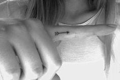 women-with-new-arrow-tattoo-on-finger.jpg (736×490)