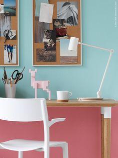 RIGGAD arbetslampa med trådlös laddning, IKEA 365+ kopp med korkunderlägg, SAMSPELT dekoration hjort, JANINGE stol, HILVER bord.
