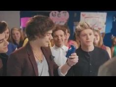 OH. MY. GOD. This 1D/Drew Brees Pepsi ad is the most amazing ad I've seen in a long time. Fangirls vs. football fans... DREW BREES SINGING. LOUEH BEING SASSY. HARREH WHISTLING.
