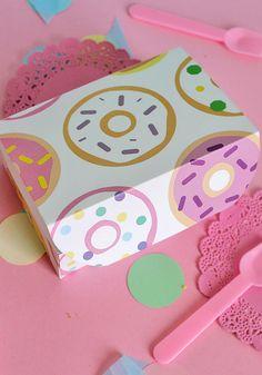 Scarica il kit con il template per creare una scatola take-away porta ciambelline con pattern ciambelle! Free donut take-away box printables. Scopri di più sul blog Super Colors