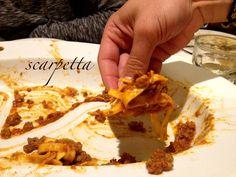 é comum limpar o prato no final da refeição com um pedaço de pão = la scarpetta