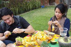 Los asistentes en acción....preparan su comida con ingredientes prehispánicos