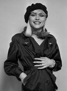 Debbie Harry photographed by Lynn Goldsmith - 1977 Blondie Debbie Harry, Female Rock Stars, Lynn Goldsmith, Hippie Culture, Estilo Rock, Diane Keaton, Black And White Design, Iconic Women, Female Singers