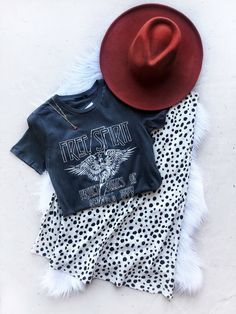 Graphic Tee Outfit - 2020 Fashions Woman's and Man's Trends 2020 Jewelry trends Estilo Fashion, Look Fashion, Ideias Fashion, Preppy Fashion, Sport Fashion, Edgy Outfits, Cute Outfits, Fashion Outfits, Womens Fashion