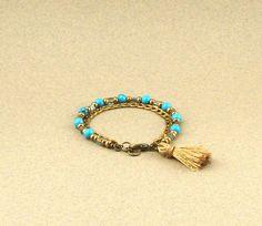 Bracelet turquoise et bronze, perles imitation turquoises, chaine aluminium et pompon polyester : Bracelet par lounah